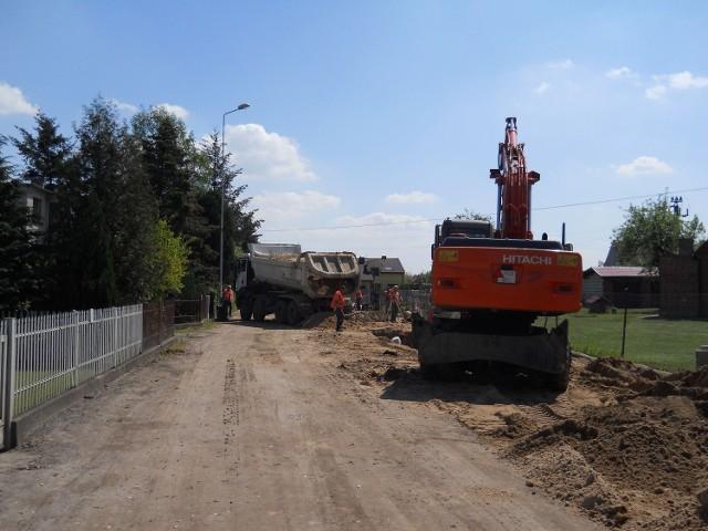 W Murowanej Goślinie, gdzie kanalizacja budowana jest w ramach tego samego, co w Pobiedziskach i Czerwonaku programu, ale przez inną firmę, prace przebiegają sprawniej