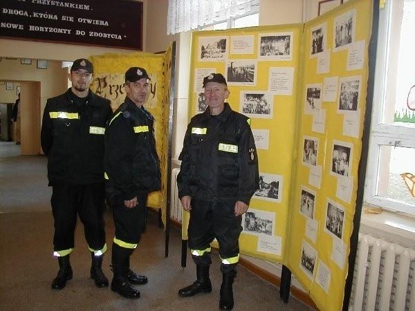 W korytarzu oglądać można było wystawę  historyczną. Na zdjęciu druhowie Osp, którzy  kierowali ruchem gości: Sławomir Orlikowski,  Józef Turzyński i Józef Hoppe.