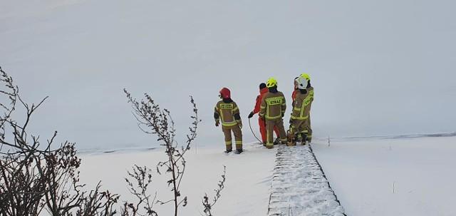 Strażacy ochotnicy z Mietkowa wezwani do akcji ratowania ptaka na zamarzniętym zalewie 13.02.2021