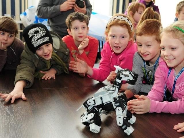 """Naukowcy wczoraj zaprosili dzieci w wieku 6-12 lat na zabawę interaktywną """"Fizyka  dla każdego smyka""""."""