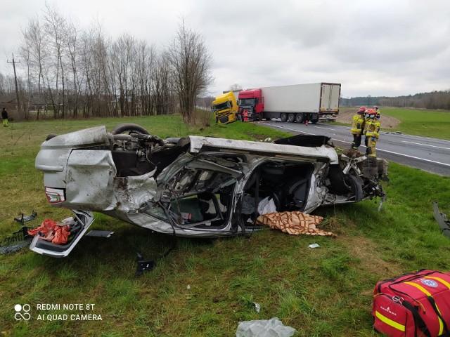 Wypadek na DK73 koło Dąbrowy Tarnowskiej, jedna osoba ranna, droga zablokowana, 17.04.2021