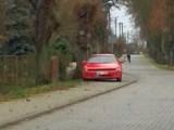Autodrań sobie zaparkował, a pieszy nie ma jak przejść