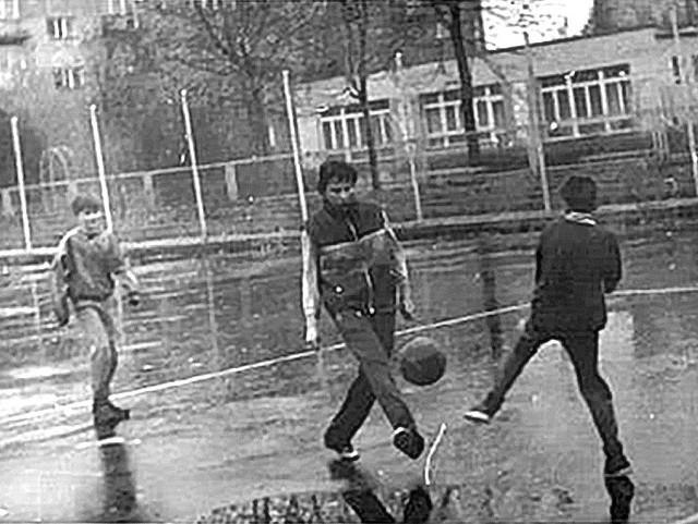 """Styczeń 1988 r. Trening """"Orła"""" przed rundą wiosenną turnieju """"Piłka Nożna na Naszym Osiedlu"""" sezonu 1987/1988"""