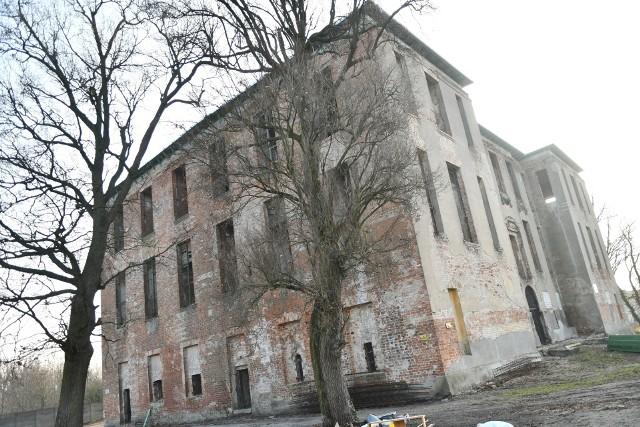 Niedawno zaczęto prace zabezpieczające. Jednak słoński pałac zapewne pozostanie ruiną już na zawsze. Obyśmy się mylili...