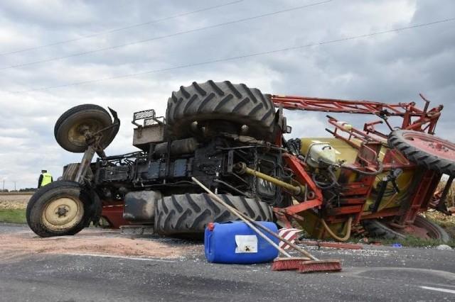 W poniedziałek po południu na ul. Rolnej w Śremie doszło do wypadku. Zderzył się tam samochód ciężarowy z ciągnikiem rolniczym. Nikt nie ucierpiał, ale droga krajowa numer 436 była zablokowana.Zobacz więcej zdjęć ----->