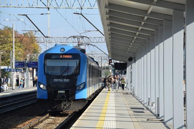 Trwa zadaszanie peronów na stacji Zielona Góra - stan robót na 15 października 2019 roku. Koniec inwestycji zapalnowano do końca grudnia 2019 roku.