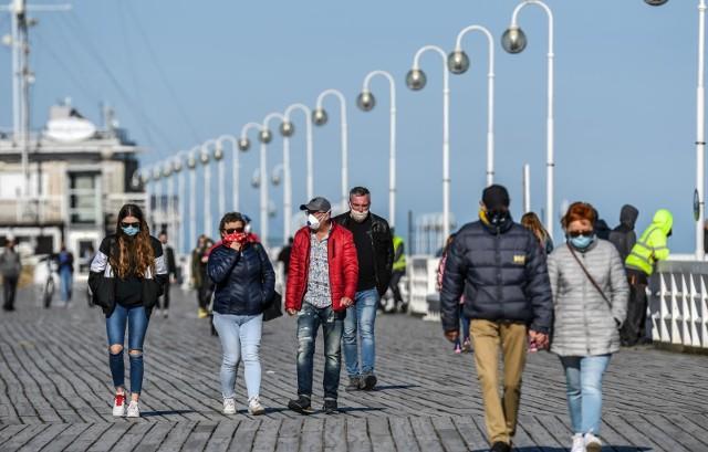 Molo w Sopocie, spacerowicze w maseczkach