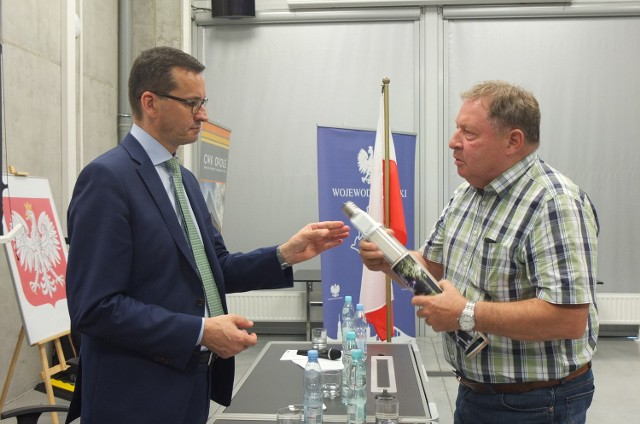 Piotr Skrobotowicz z firmy Auto Power Electronic z Opola pochwalił się Mateuszowi Morawieckiemu żarówką opracowaną w jego firmie i poprosił o pomoc w rozwoju.