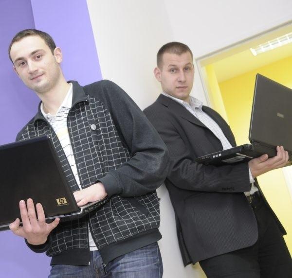 Od lewej Tomasz Brandys i Piotr Wanke to połowa agencji reklamowej Emblemat.