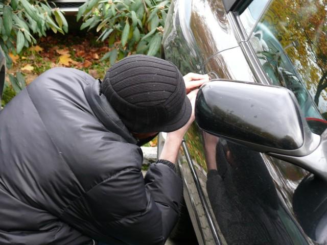 Złodzieje ukradli sprzęt z jego samochodu, teraz pan Piotr próbuje ich namierzyć i odzyskać skradzione rzeczy.