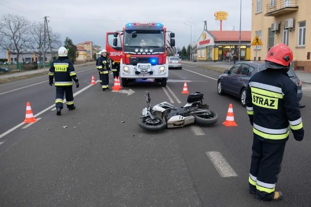 Do wypadku doszło w czwartek po godz. 11 na drodze krajowej nr 77 w Orłach pod Przemyślem. Kierująca audi zderzyła się z mężczyzną na motocyklu Kawasaki. Karetka pogotowia ratunkowego przetransportowała kierującego jednośladem do szpitala na szczegółowe badania. Na miejscu zdarzenia pracują policjanci i strażacy. Ruch odbywa się wahadłowo.Aktualizacja godz. 12.51- Kierująca audi, 26-letnia mieszkanka Oświęcimia włączając się do ruchu z drogi podporządkowanej na drogę krajową, nie ustąpiła pierwszeństwa prawidłowo jadącemu kierującemu motocyklem, 42-letniemu mieszkańcowi pow. jarosławskiego, w wyniku czego doprowadziła do zderzenia się pojazdów – powiedział podkom. Damian Brzyski z KMP w Przemyślu.Uczestnicy zdarzenia byli trzeźwi. Ruch odbywa się normalnie.Zobacz także: Wypadek w Ciemięrzowicach niedaleko Przemyśla. W zderzeniu BMW z mercedesem ranne zostały dwie osoby