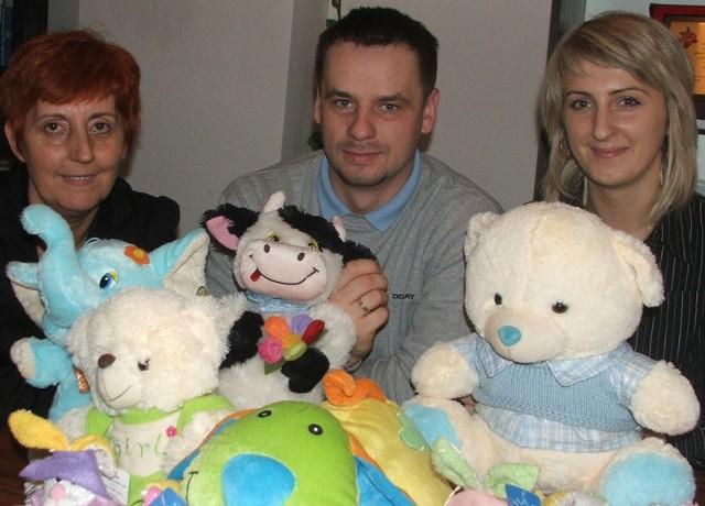 Hanna Grądzka, dyrektorka oddziału TPD w Ostrołęce oraz małżeństwo: Ewa i Krystian Modzelowie