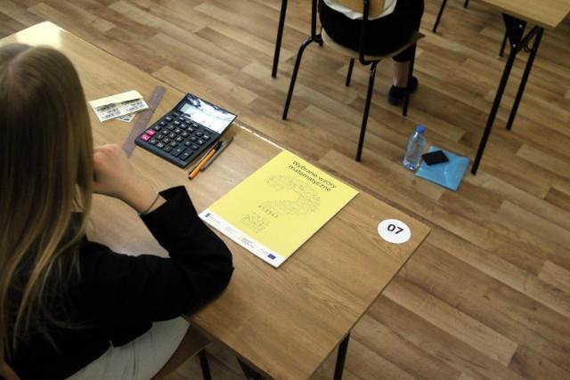 Maturzyści dowiedzą się, jak napisali egzaminy już niebawem, bo 5 lipca 2021. W tym roku nie musieli oni przystępować do egzaminów ustnych. Nie obowiązywał też egzamin z wybranego przedmiotu na poziomie rozszerzonym, choć większość uczniów pisała go w związku z rekrutacją na studia