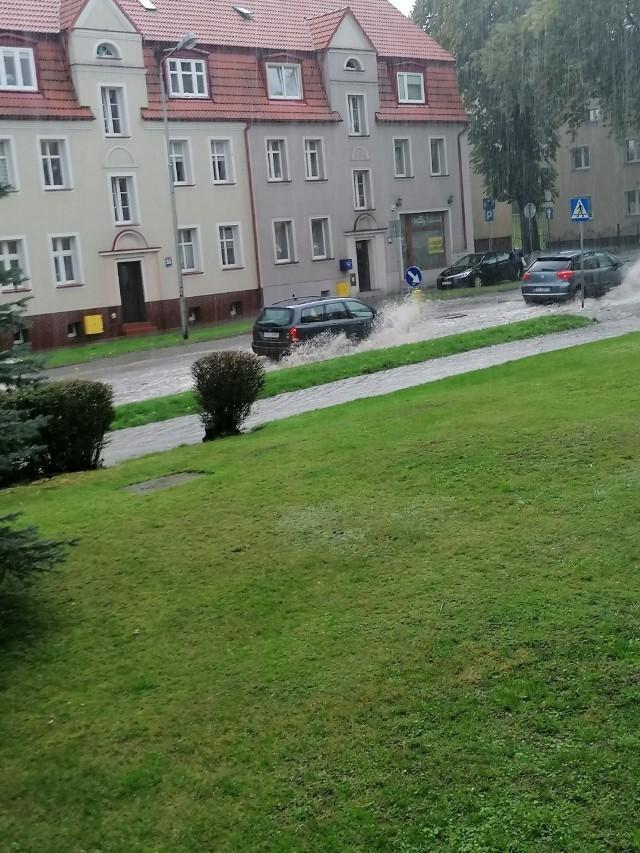 """W sobotę (28 września) przez Słupsk przeszła ulewa. Intensywnie padający deszcz zalał między innymi ulicę Piłsudskiego. Internauci przesyłają do nas zdjęcia informując o trudnościach jakie mają z przejazdem tą częścią miasta. Czekamy na Wasze informacje! Piszcie i wysyłajcie zdjęcia oraz wideo na alarm@gp24.pl!<script async defer class=""""XlinkEmbedScript"""" data-width=""""640"""" data-height=""""360"""" data-url=""""//get.x-link.pl/85f88f92-2a67-a750-79cd-39c9897dfcc1,95330d14-9db5-bd86-de28-c2f544f94b6d,embed.html"""" type=""""application/javascript"""" src=""""//prodxnews1blob.blob.core.windows.net/cdn/js/xlink-i.js?v1""""></script>"""