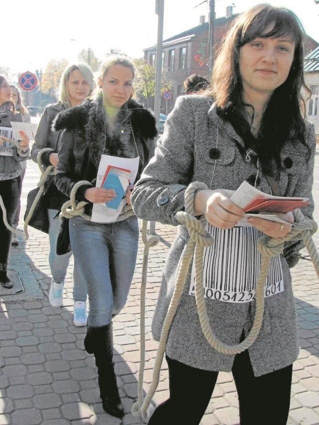 Suwalska policja organizuje happeningi, podczas których przestrzega mieszkańców, aby nie pozwolili się sprzedać. Nie podejmowali pochopnych decyzji o wyjeździe i nie przyjmowali niesprawdzonych ofert pracy.