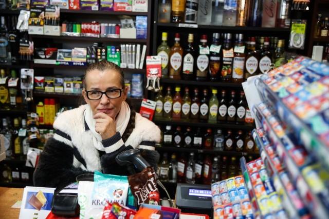 Beata Kociołek prowadząca od lat sklep przy Miodowej w Krakowie, a wcześniej w sumie cztery sklepy, mówi, że ma dość. Jak wyjaśnia, wykończyły ją straty w pandemii, ale jeszcze bardziej wykorzystywanie przez wielkie sieci luki w przepisach zakazujących handlu w niedziele.