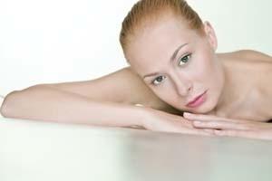 Odpowiednie kosmetyki, stosowane bez przesady, zapewniają piękną cerę.