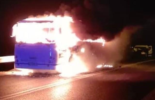 Autobus stanął w płomieniach, następnie uderzył w niego samochód osobowy