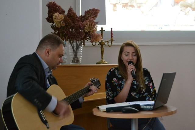 Autor publikacji Piotr Duma podczas niedawnego spotkania promocyjnego w Miejskiej Bibliotece Publicznej w Tarnobrzegu akompaniował na gitarze Emilii Pelc, która zaśpiewała piosenki Concordis