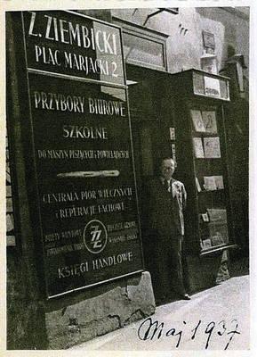 Zygmunt Ziembicki w drzwiach swojego sklepu przy pl. Mariackim 2