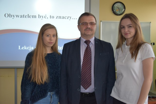 Główny prelegent Marek Jarco z Urzędu Marszałkowskiego z uczennicami I Liceum Ogólnokształcącego Adą Sadowską i Olą Grosman