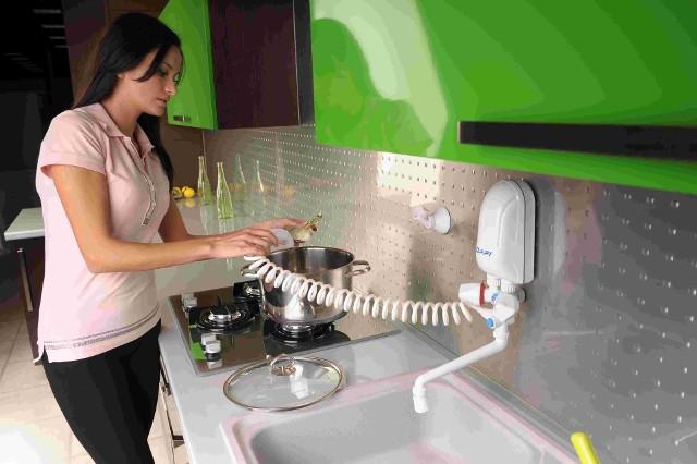 Przepływowy podgrzewacz wody Przepływowe ogrzewacze wody maja niewielkie rozmiary i oferowane są w wersjach podumywalkowych - najczęściej montowanych w szafce oraz nadumywalkowych z baterią w zestawie.