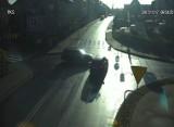 Zderzenie i auto pędzi wprost na kobietę (wideo z monitoringu)