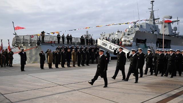 Obchody 101. rocznicy utworzenia Marynarki Wojennej w Gdyni. Podniesienie bandery wojennej na ORP Ślązak