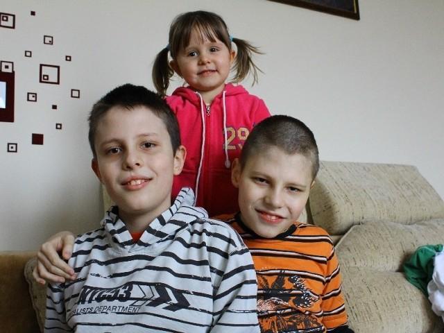 11-letni Kamil i Sebastian od urodzenia walczą z chorobami. Są szanse, że będą mogli samodzielnie funkcjonować. Konieczna jest do tego stała rehabilitacja. Nz. razem ze swoją siostrą Laurą.