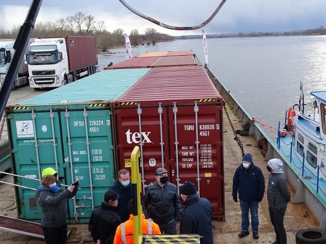 Barka dopłynęła do Chełmna. Na nabrzeżu Wisły nastąpił załadunek towarów, które płyną powrotnym rejsem z Chełmna do portu w Gdańsku
