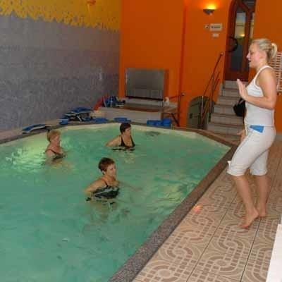 Instruktorka Żaneta Górska prowadzi fitness w basenie