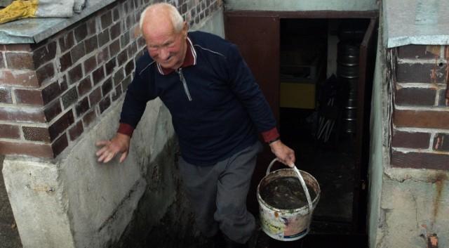 Włodzimierz Szpajchler całą sobotę spędził na wynoszeniu wody z piwnic. Zarówno swojej, jak i sąsiadów.