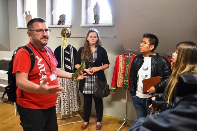 Kultura, język i tradycje wilamowskie są kultywowane dzięki działalności Stowarzyszenia Wilamowianie Zobacz kolejne zdjęcia. Przesuwaj zdjęcia w prawo - naciśnij strzałkę lub przycisk NASTĘPNE