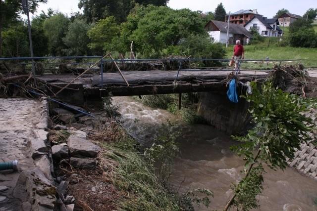 Powódź niosła wielkie spustoszenie, niszczyła drogi, mosty oraz zalewała domy i obiekty sportowe. Kolejna pomoc pomoże na częściowe odbudowanie strat