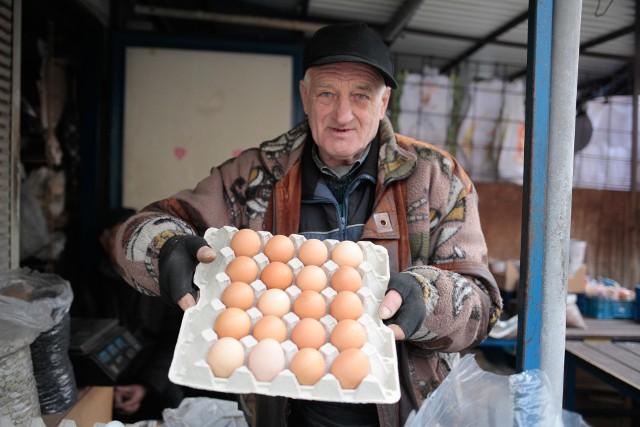 Pan Andrzej z opolskiego Cytruska ma jajka po 80 gr za sztukę. - Na brak chętnych nie narzekam. Przed Wielkanocą ludzie pytają o jajka od kur, które biegają po zagrodzie - mówi.