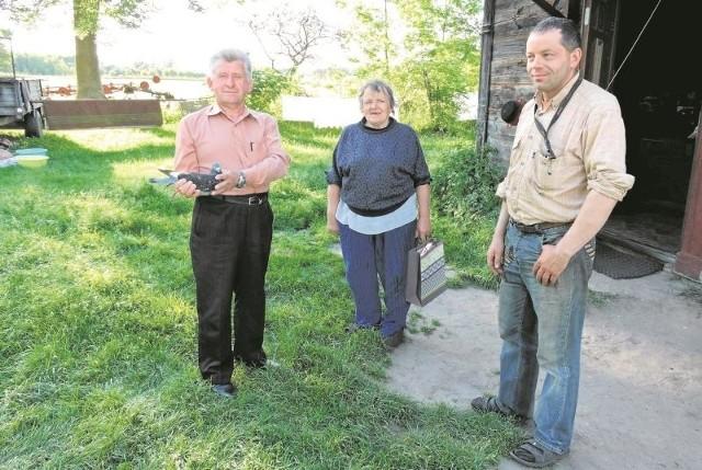 Piotr Adamski (z lewej) bardzo się cieszy, że odzyskał gołębia pocztowego. W podziękowaniu przekazał pani Marii i panu Andrzejowi upominki.