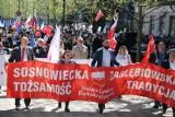 Pochód 1 Majowy w Sosnowcu jak za dawnych lat z Adamem Gierkiem. Kilkaset osób uczciło święto ludzi pracy