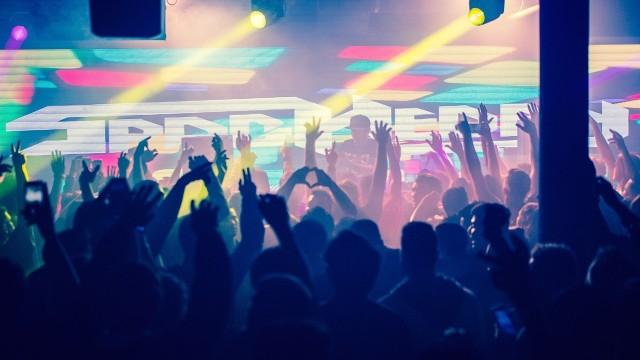 Od 17 lipca zmieniają się regulacje dotyczące wydarzeń artystycznych i rozrywkowych. Nieśmiało otwierają się kolejne kluby. Sprawdź imprezy klubowo-plenerowe w Szczecinie w ten weekend >>>