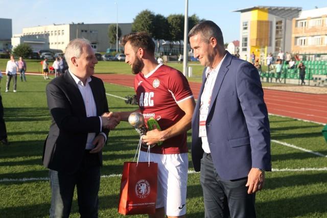 Radosław Michalski (na zdjęciu z prawej) jest szefem Pomorskiego Związku Piłki Nożnej od 25 sierpnia 2012 roku. I będzie przynajmniej do 2024 roku