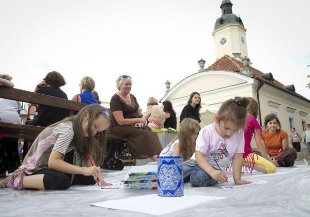 Małe dzieci malowały symbole judaizmu