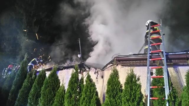 Do pożaru doszło w Brzozie przy ul. Szkolnej. Strażacy m.in. z OSP Brzoza zostali wezwani kilka minut przed godz. 1 w nocy. Palił się dach z blachodachówki jednego ze stojących przy tej ulicy domów.
