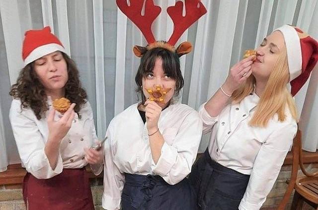 Słodkie choinki i gwiazdy, bałwanki bezowe, pierniczki z lukrem, kajmakowe babeczki z orzechami - to niektóre słodkie wypieki, jakie w świątecznej już atmosferze wykonały dziewczęta z Zespołu Szkół w Kościelcu