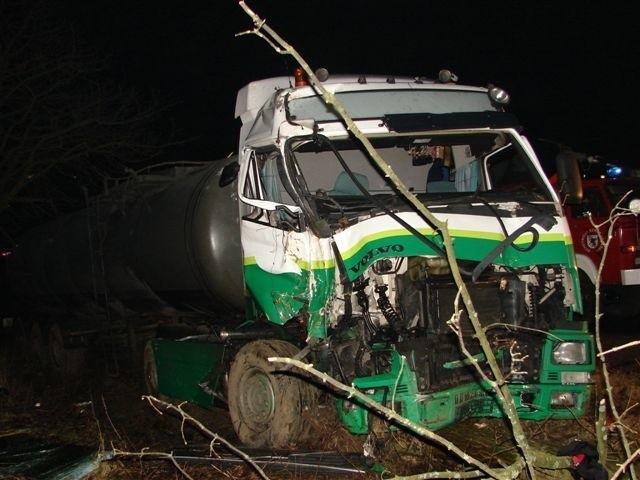Z niewiadomych dotąd przyczyn, potężna cysterna zjechała z jezdni uderzając w przydrożne drzewo. Samochód zsunął się do rowu.