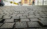 Droga brukowa przed koszalińskim ratuszem znów wymaga naprawy