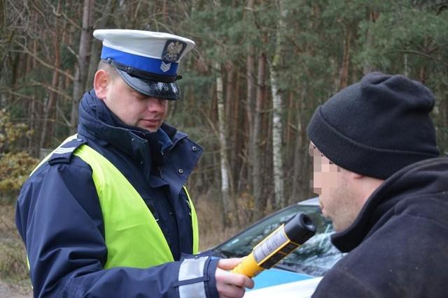 """W środę (30 listopada) na drogach powiatu krośnieńskiego, przeprowadzono działania """"Alkohol i narkotyki"""". Policjanci skontrolowali trzeźwość przeszło 330 kierujących. Trzeźwość kierujących była bez zarzutu, jednak nie wszyscy zachowali się zgodnie z przepisami, za co ukarani zostali mandatami.W trakcie trwania działań funkcjonariusze obserwowali zachowanie kierowców. Szczególnie pod okiem mundurowych znalazła się prędkość oraz to, w jaki sposób kierowcy zachowują się wobec pieszych. Ponadto policjanci sprawdzali uprawniania do kierowania i stan techniczny pojazdów. W 9 przypadkach nałożyli na kierujących mandaty karne, a w jednym przypadku zatrzymano mężczyznę, który nie posiadał uprawnień do kierowania oraz jak się okazało, był poszukiwany przez sąd. W środę doszło także do wypadku drogowego z udziałem pieszego. Kierująca volkswagenem bora nie zachowała należytej ostrożności podczas manewru skrętu na parking i potrąciła idącą chodnikiem pieszą, w wyniku czego kobieta zabrana została do szpitala.Cieszy fakt, że podczas działań nie odnotowano żadnych osób znajdujących się pod działaniem alkoholu, czy narkotyków. Niemniej jednak policjanci zapowiadają kolejne takie akcje. Zobacz też: Akcja policji na lubuskich drogach"""