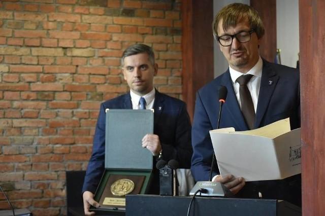 Wyniki wyborów samorządowych 2018 na burmistrza Pelplina. W drugiej turze zmierzą się Mirosław Chyła (z prawej) i Tomasz Czerwiński.