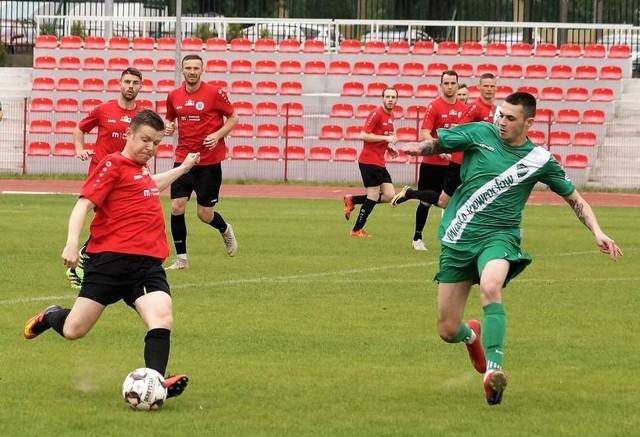Piłkarze Chemika Moderatora (czerwone koszulki) awans do finału wywalczyli sobie pokonując Cuiavię Inowrocław. Bydgoszczanie są faworytem finału