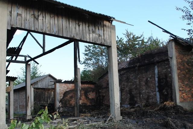 Po pożarze zabudowania gospodarcze przedstawiają żałosny widok