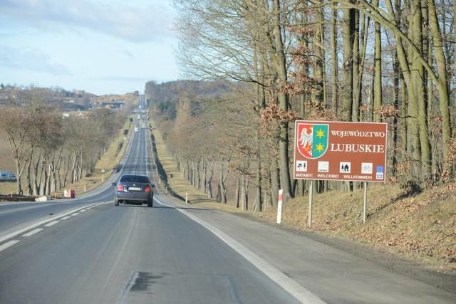 """Jakie nowe drogi krajowe będą budowane w 2020 roku na ternie woj. lubuskiego? Które doczekają się remontu czy przebudowy. Na których odcinkach zostanie poprawione bezpieczeństwo? Zobacz listę najważniejszych inwestycji na drogach krajowych w Lubuskiem zaplanowanych na 2020 rok w woj. lubuskim przez Oddział GDDKiA w Zielonej Górze. Przejdź do GALERII>>W przyszłym tygodniu na portalu """"GL"""" opublikujemy listę wszystkich inwestycji drogowych (drogi krajowe, powiatowe oraz gminne) w woj. lubuskim w 2020 r.Zobacz też: Krosno Odrzańskie: Remont mostu Elizy i kierowcy przejeżdżający na czerwonym świetle"""