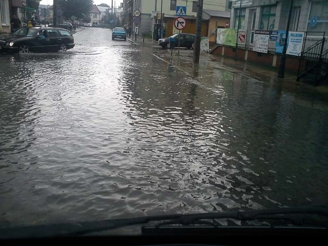 Ulica Główna w Łapach po przejściu ulewy